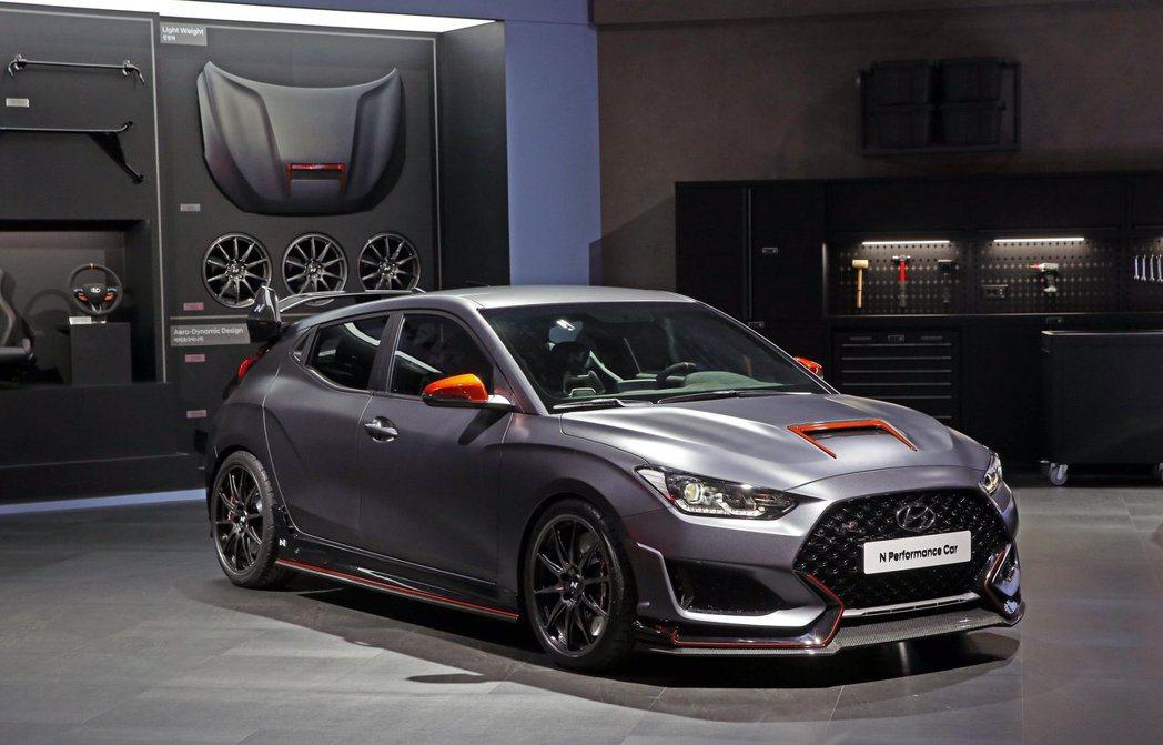 其實早在2019年三月底的首爾車展中,Hyundai已經先在自家展示過穿搭N P...