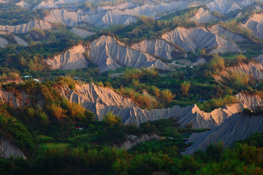 圖/台南「草山月世界」群山圍繞。截自台南旅遊網。