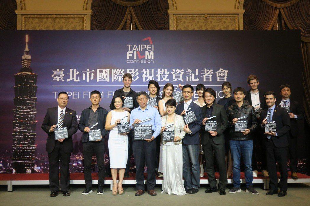 王識賢(右三起)、翁倩玉、台北市長柯文哲、金馬獎女配角揚雁雁、安妮(後排左三起)