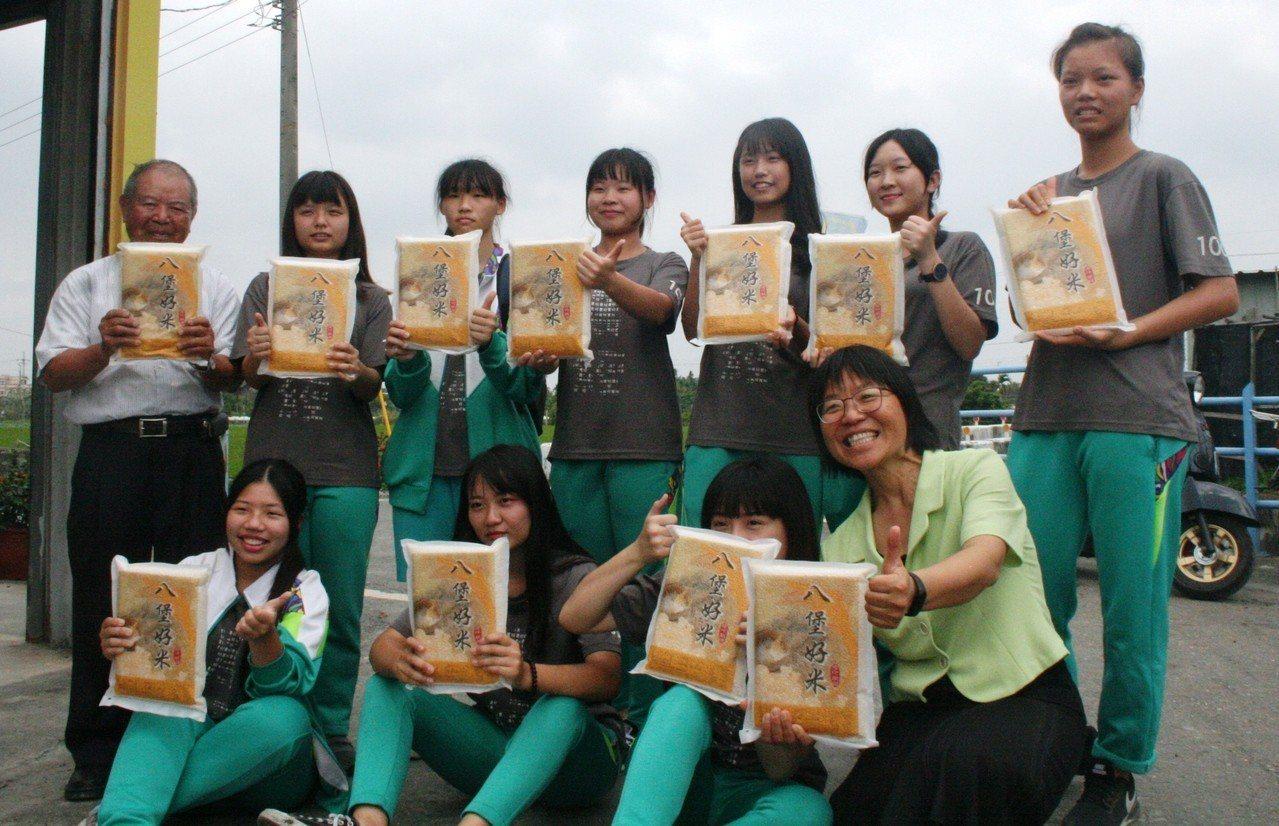 老農凃富籐(後排左1)贈送學生八堡好米。記者何烱榮/攝影