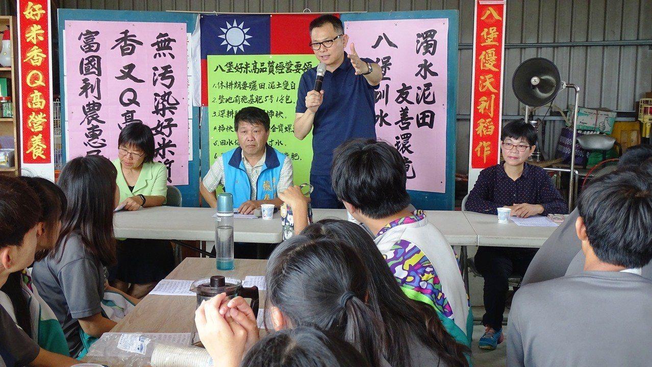 埔心鄉長張乘瑜(後站者)勉勵員農學生做一個知識青農,成為年薪百萬的台灣農業新貴。...