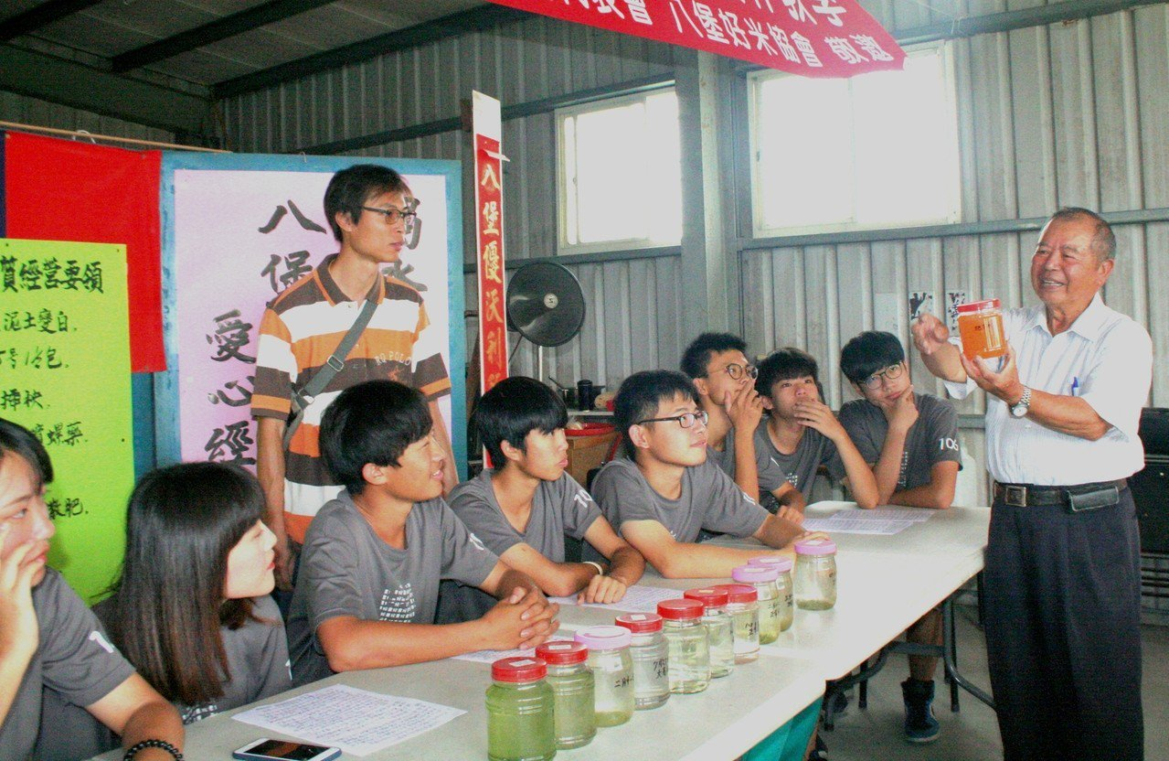 老農凃富籐變講師,向國立員林農工學生講解不同的液體肥料。記者何烱榮/攝影