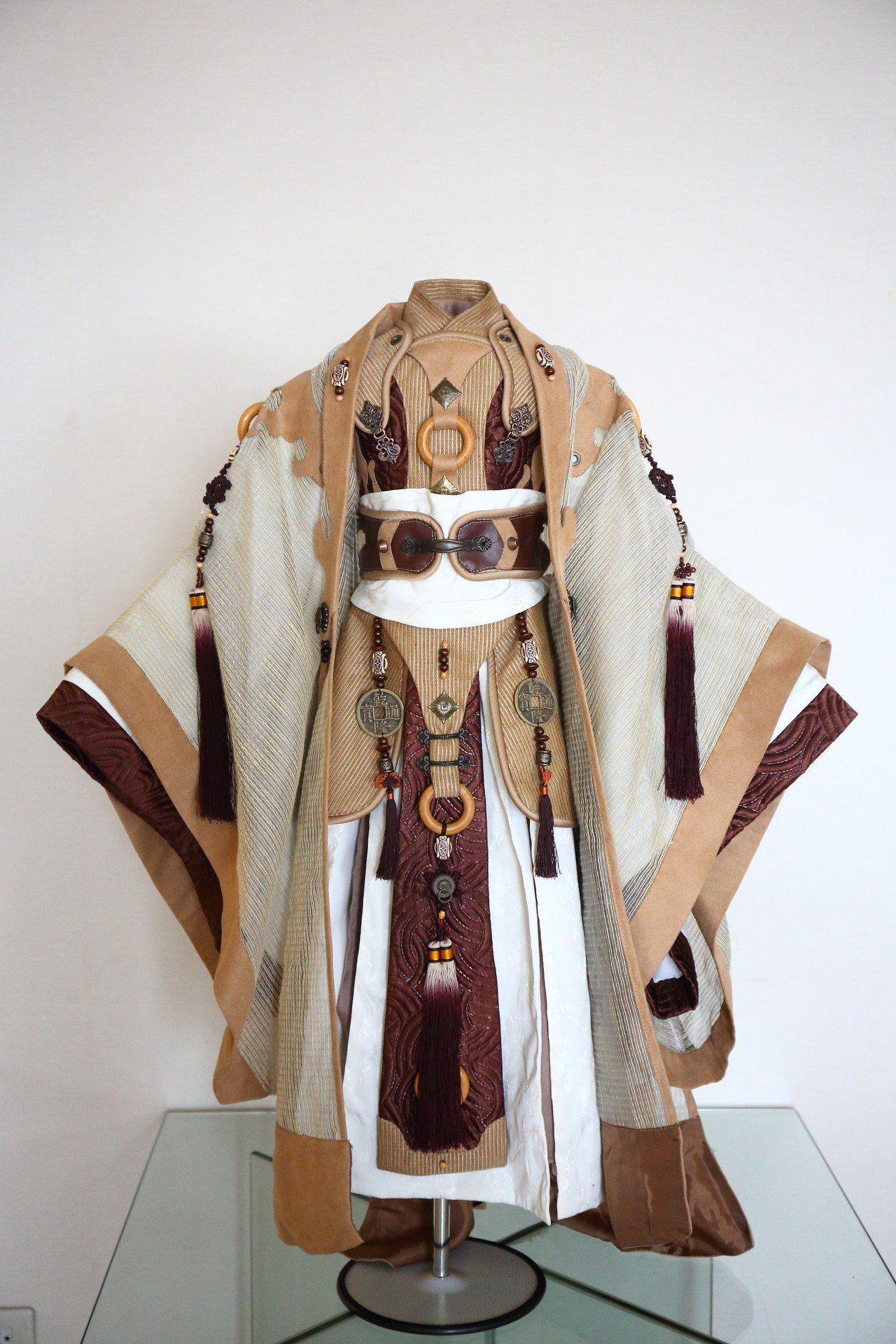 陳有豐製做偶衣的衣料稀有高級,做工、技藝也相當繁複精巧。圖/嚴仁鴻提供