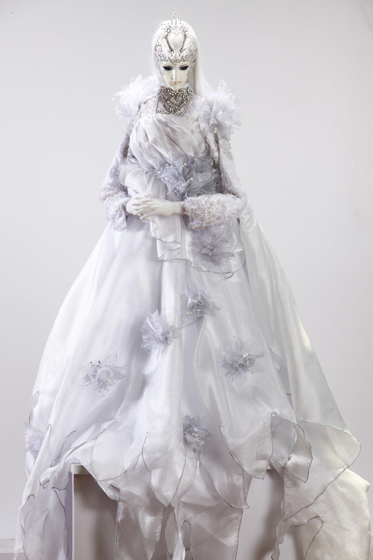 落入凡間的精靈─柯內莉亞,展出現代版的偶衣。圖/嚴仁鴻提供