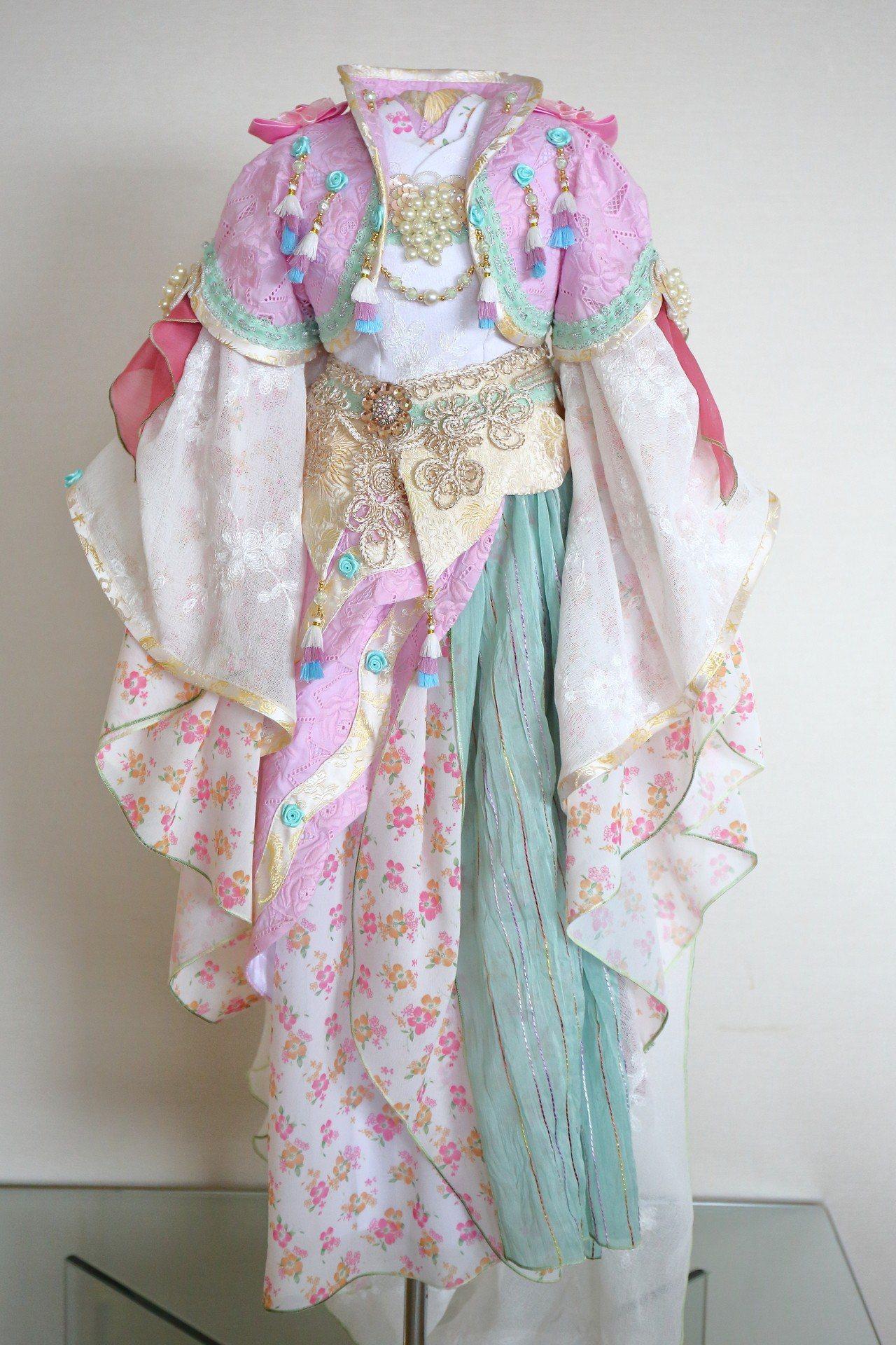 陳有豐製做的偶衣每件要1萬5000元以上 。圖/嚴仁鴻提供