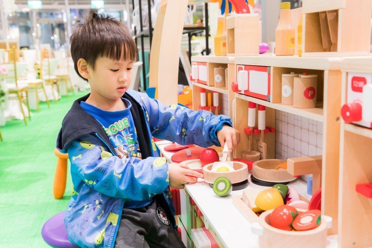 京華婚紗搶攻親子市場,對於孩子用的造型玩具要求嚴格,絕對採用「無毒」玩具。記者郭...