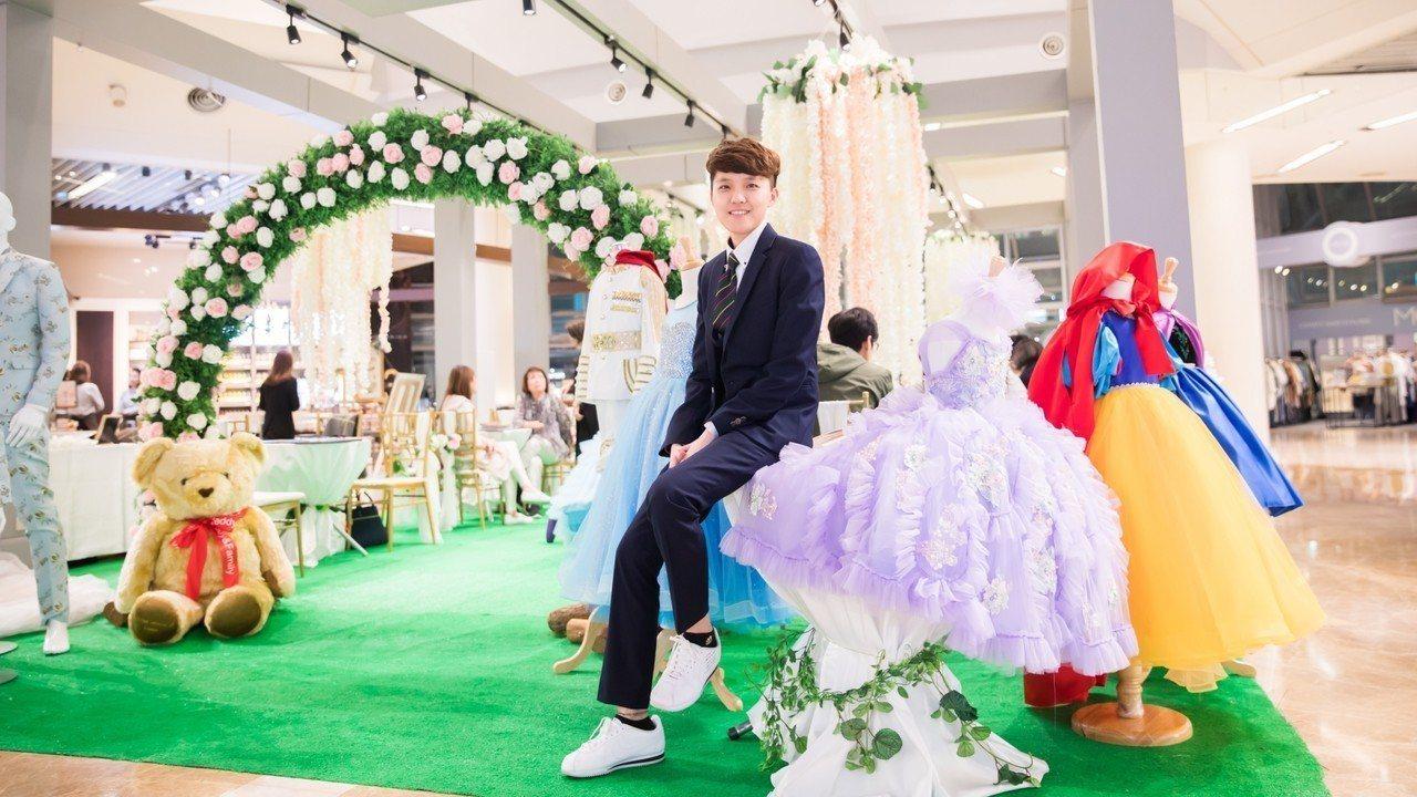 新竹市成立20年的大型婚紗店京華婚紗,劉凱希年僅26歲,她身為二代接班人扛起重要...