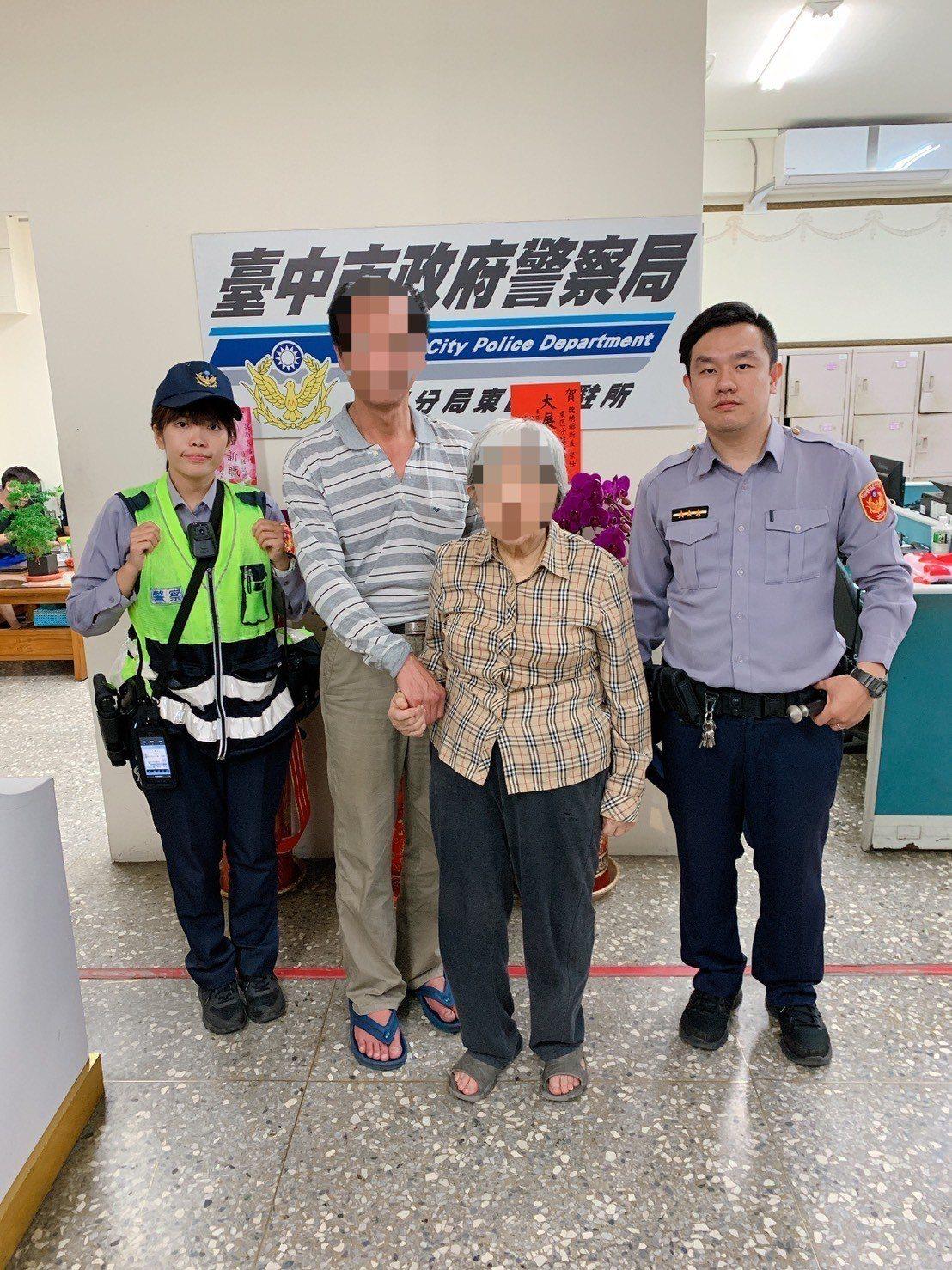 童姓阿嬤(右二)迷途走失7公里,熱心民眾報案,經警方聯繫上家屬,將疲憊不堪的童嬤...