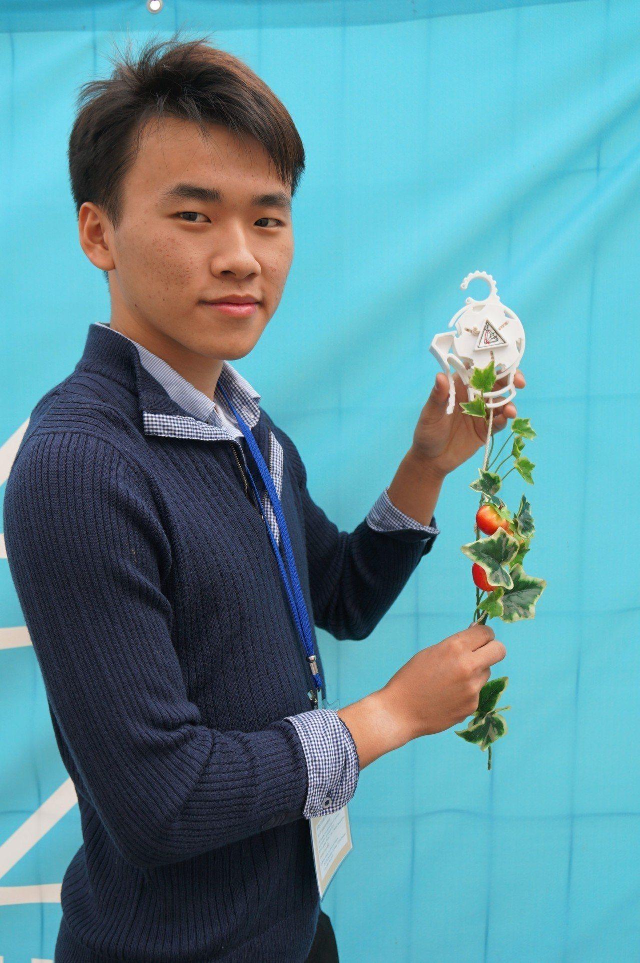 高雄科技大學的賴策方與同學設計攀藤作物生長輔具「Roller_Planter」。...