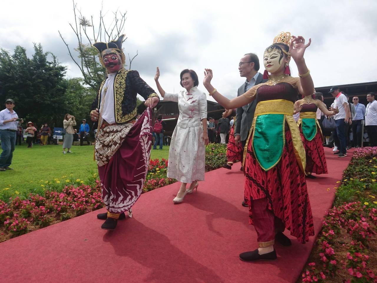 今天開幕式熱鬧,由全新劇碼「山海大祭」中的神祇,以印尼傳統甘美朗及特有的面具舞蹈...