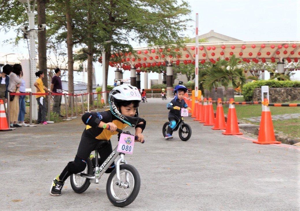 大鵬灣國家風景區管理處與台灣超級鐵人三項協會今天在大鵬灣合辦滑步車趣味賽,可愛指...