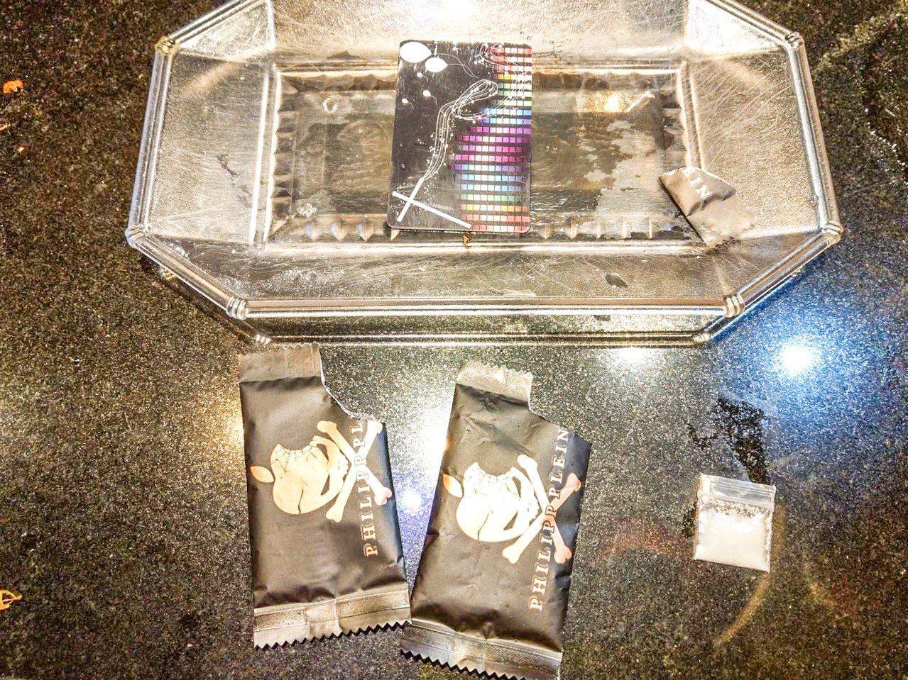 警方在旅館起獲4包K他命、3張K卡、1支K菸、2個K盤及2毒咖啡包殘渣袋,還摻有...