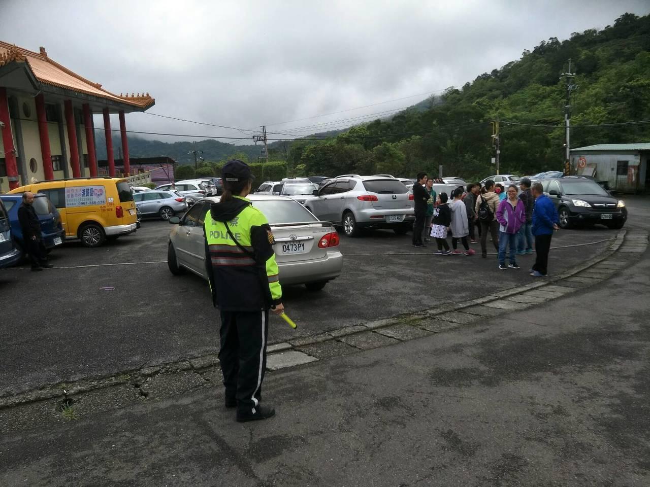 因應清明連續假期,新店警方今天起派員加強公、私立墓園周邊交通疏導。圖/警方提供