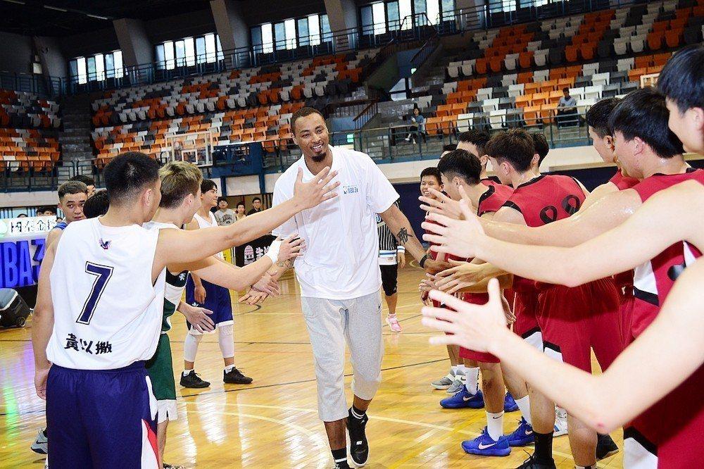 路易斯近距離與政大籃球聯盟及世新籃球聯盟球員們擊掌,讓球員直呼好興奮。圖/主辦單...