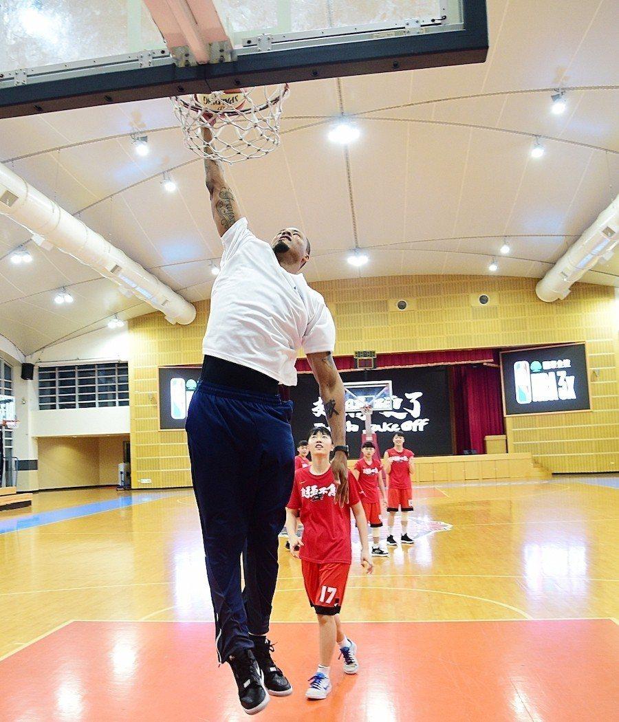 路易斯造訪HBL女籃新科冠軍南山高中,擔任一日客座教練,並親身下場與女籃隊員們互...
