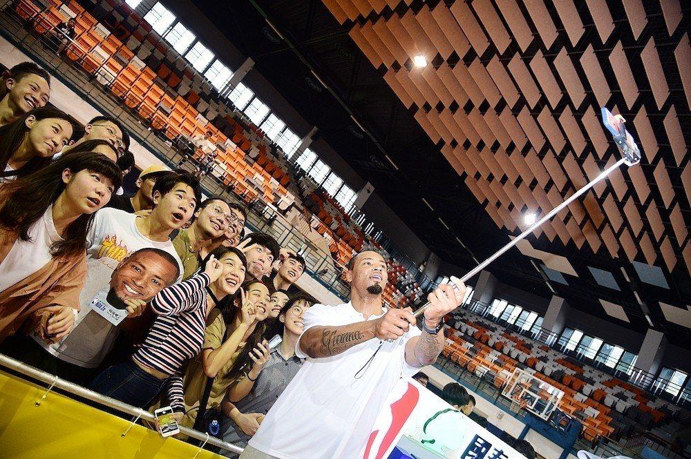政大體育館擠進大批球迷,路易斯親民的與球迷大玩自拍,展現親和力。圖/主辦單位提供