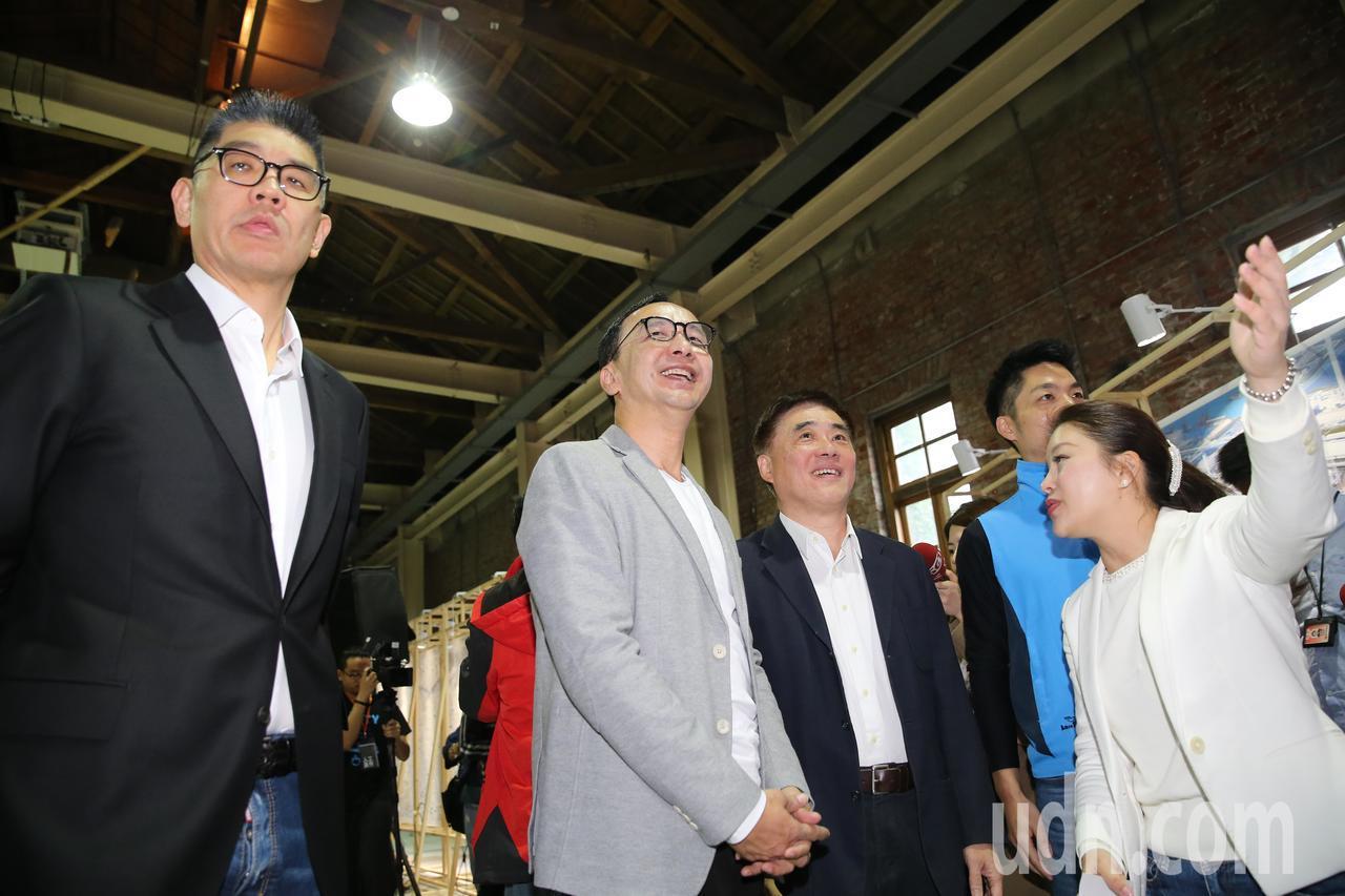國民黨中央委員連勝文(左)、新北市前市長朱立倫(左二)、國民黨副主席郝龍斌(右二...