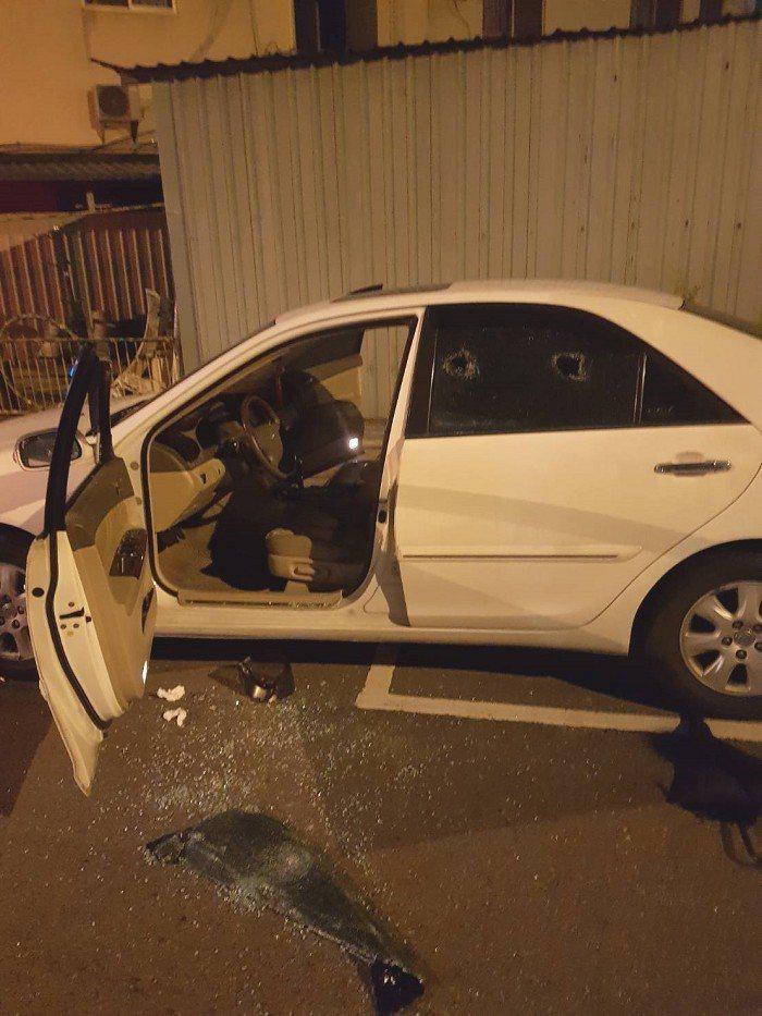 警方與游男合力破窗,將呼吸微弱的廖男救出送醫。記者林佩均/翻攝