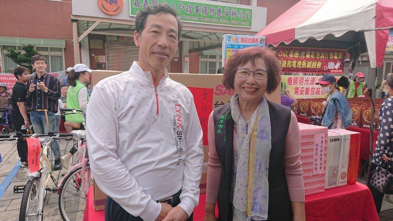 鹿草鄉長楊秀玉(右),感謝會計師張威珍返鄉,支持鹿草活動。記者卜敏正/攝影
