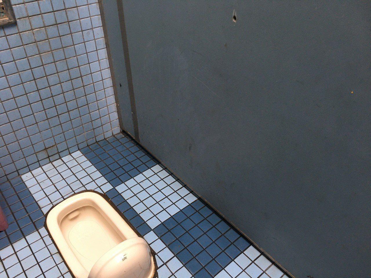 雲林縣人文公園公共廁所遭人破壞,有民眾日前在男廁如廁時,發現廁所隔間板上都被戳了...