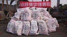 高雄市中區廠配合掃墓民眾將紙錢集中燒化。圖/高雄市環保局提供