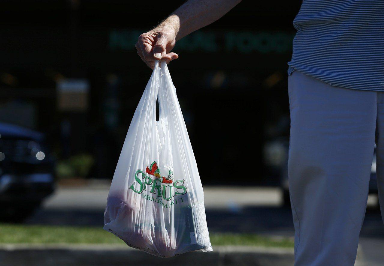 美國紐約州擬從明年3月開始,禁用一次性塑膠購物袋。路透