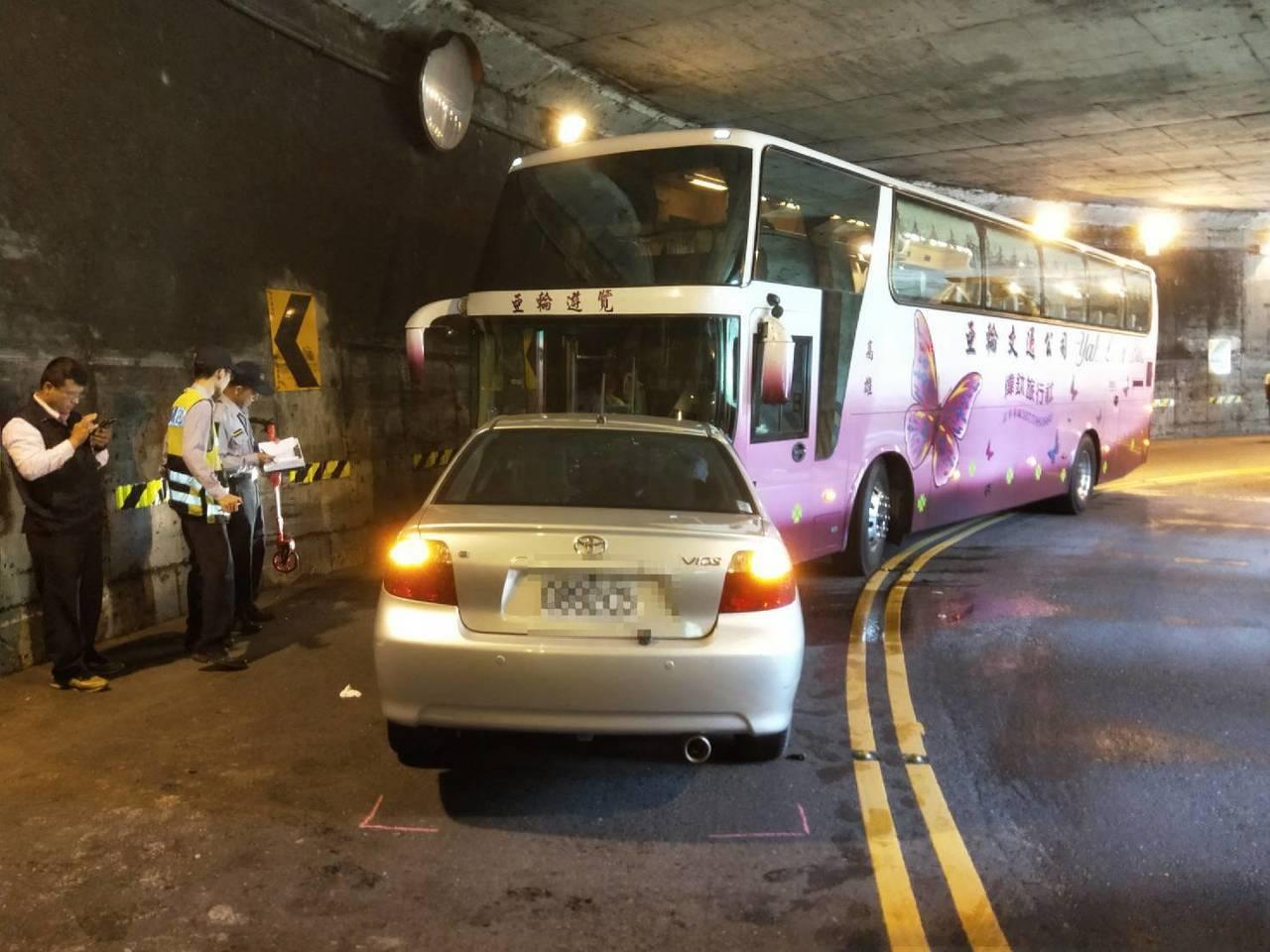一輛自小客疑越線,撞上阿里山賞花遊覽車。圖/讀者提供