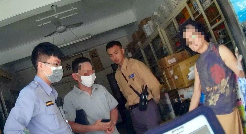 許姓男子(左二)涉嫌吸毒,年邁母親報警抓兒子。記者林保光/翻攝