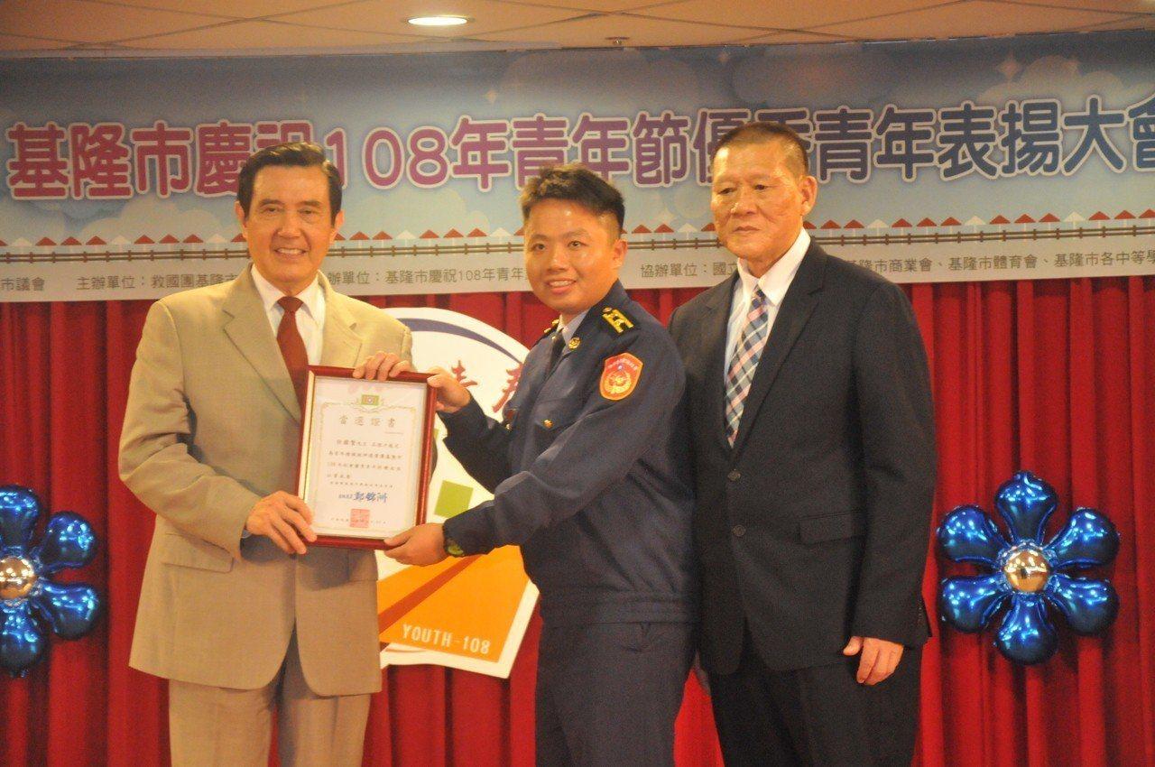 馬英九今天到基隆,針對韓國瑜被批賣台,馬英九說,「哪這麼容易就把台灣賣掉?」。記...