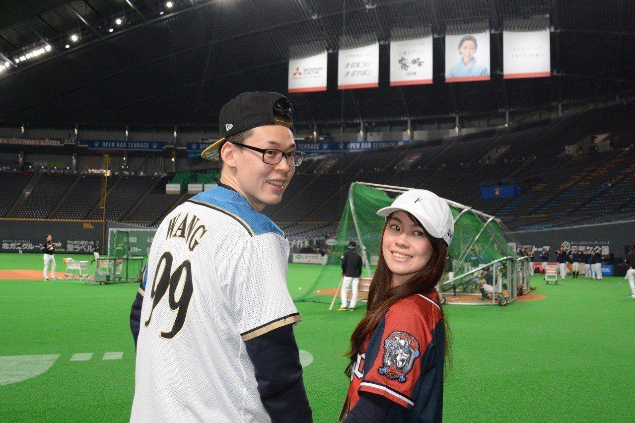 球迷ASO(左)與妻子一同參加旅行團,到北海道為王柏融加油。特派記者蘇志畬/攝影