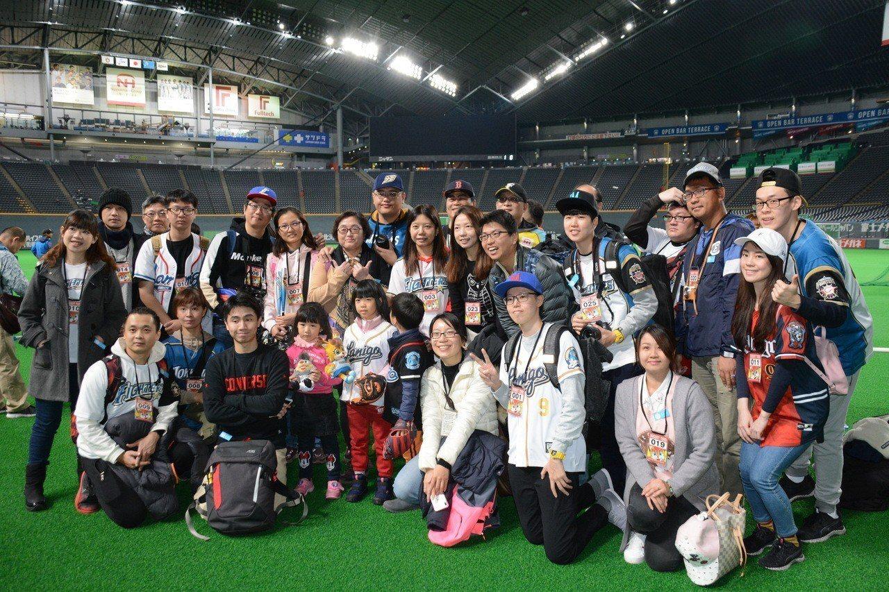 Lamigo體系旅行社組成三團旅行團,合計約百人,到北海道為王柏融加油。特派記者...
