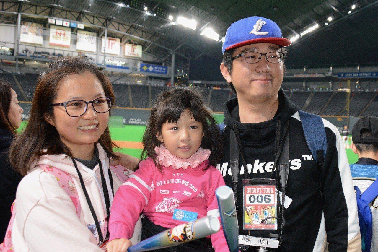 賴先生一家三口參加旅行團,到北海道為王柏融加油。特派記者蘇志畬/攝影