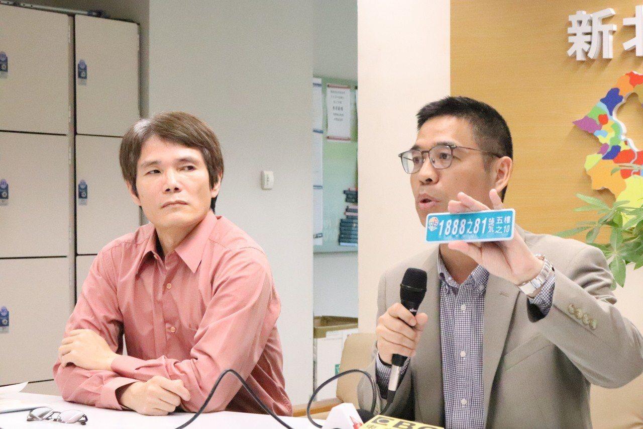 設計師陳文順(左)表示,由於網頁與實際印刷成品有很大落差,才會造成民眾誤解,但強...