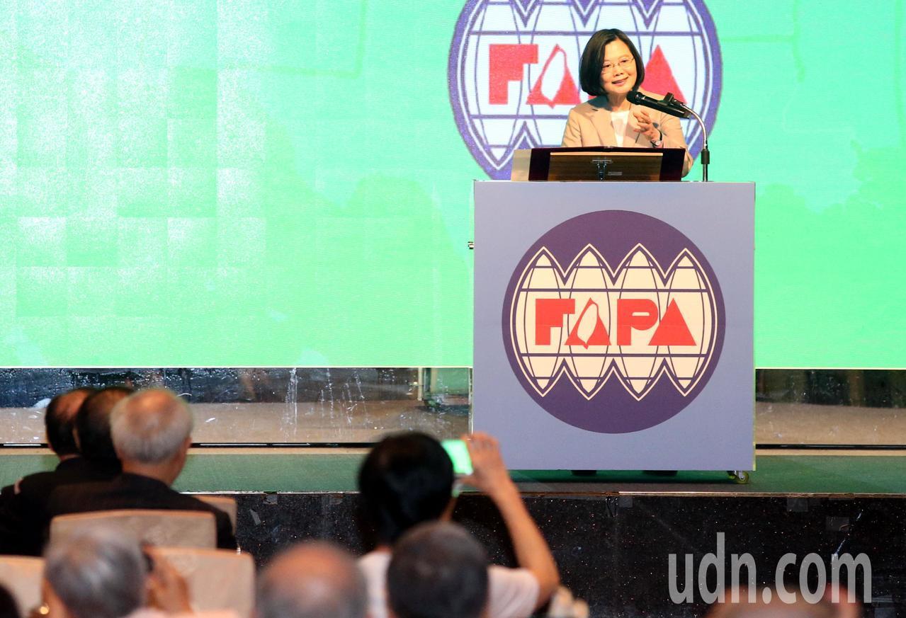 蔡英文今天在出席「台灣關係法40周年暨台灣旅行法周年紀念餐會」致詞表示,歷史上民...