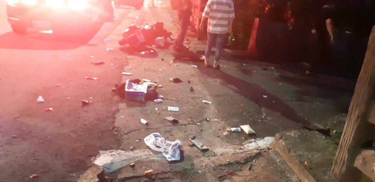 車禍現場,陳男的機車碎裂殘骸研判,撞擊力道不輕。記者郭宣彣/翻攝