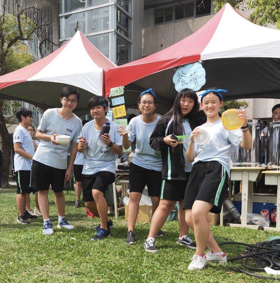 國立曾文家商今首次舉辦減塑園遊會,學生自備環保餐具。記者吳淑玲/攝影