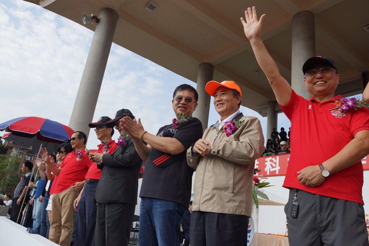 立委王金平(右二)、高科大校長楊慶煜(右三)與來賓們,一同祝賀第一屆全校運動會。...