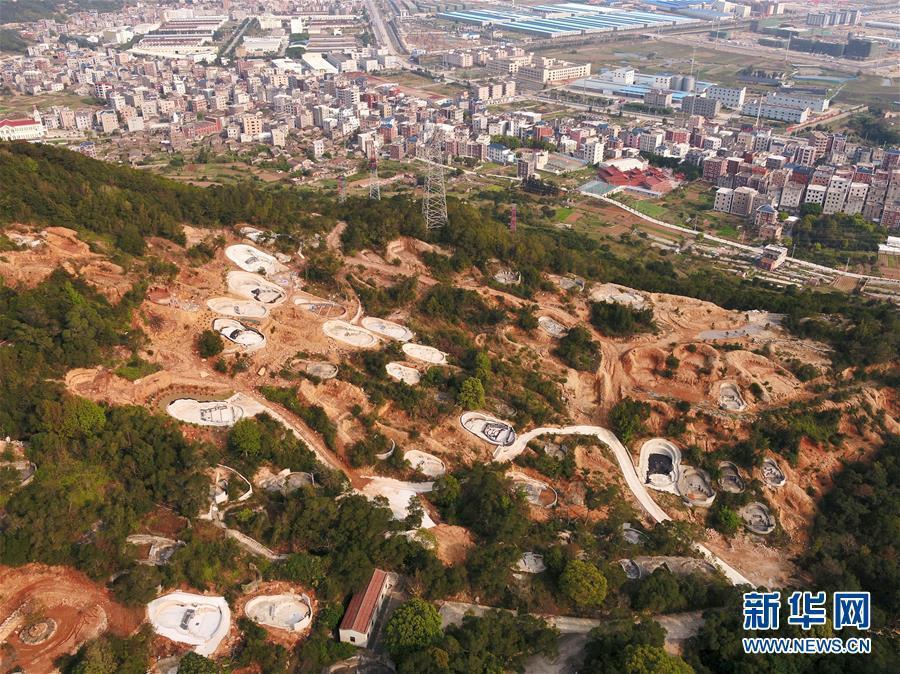 福清市城頭鎮一處山坡遭濫建大量違法陵墓。(新華網)
