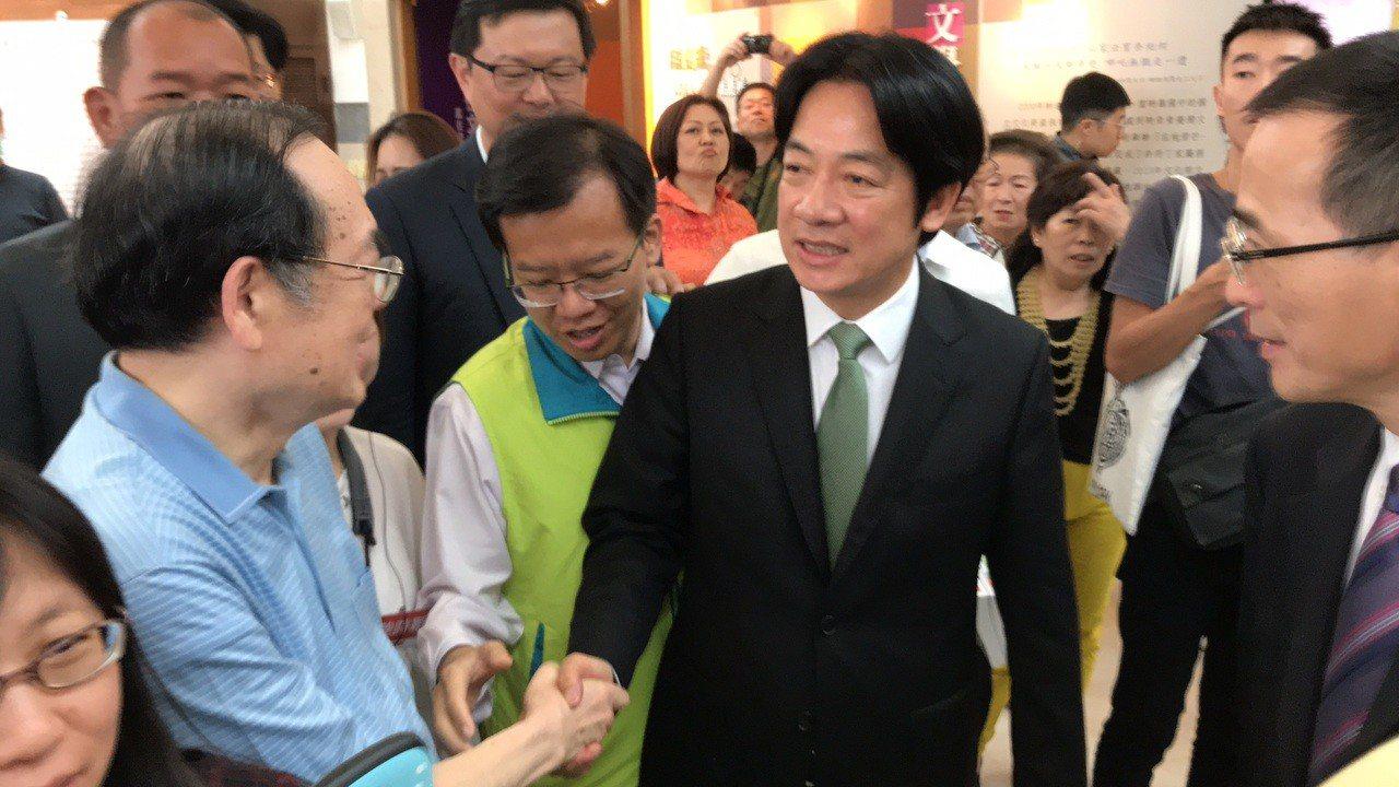 行政院前院長賴清德(右)今天到台南舉辦第二場新書分享會,民眾搶握手。記者鄭維真/...