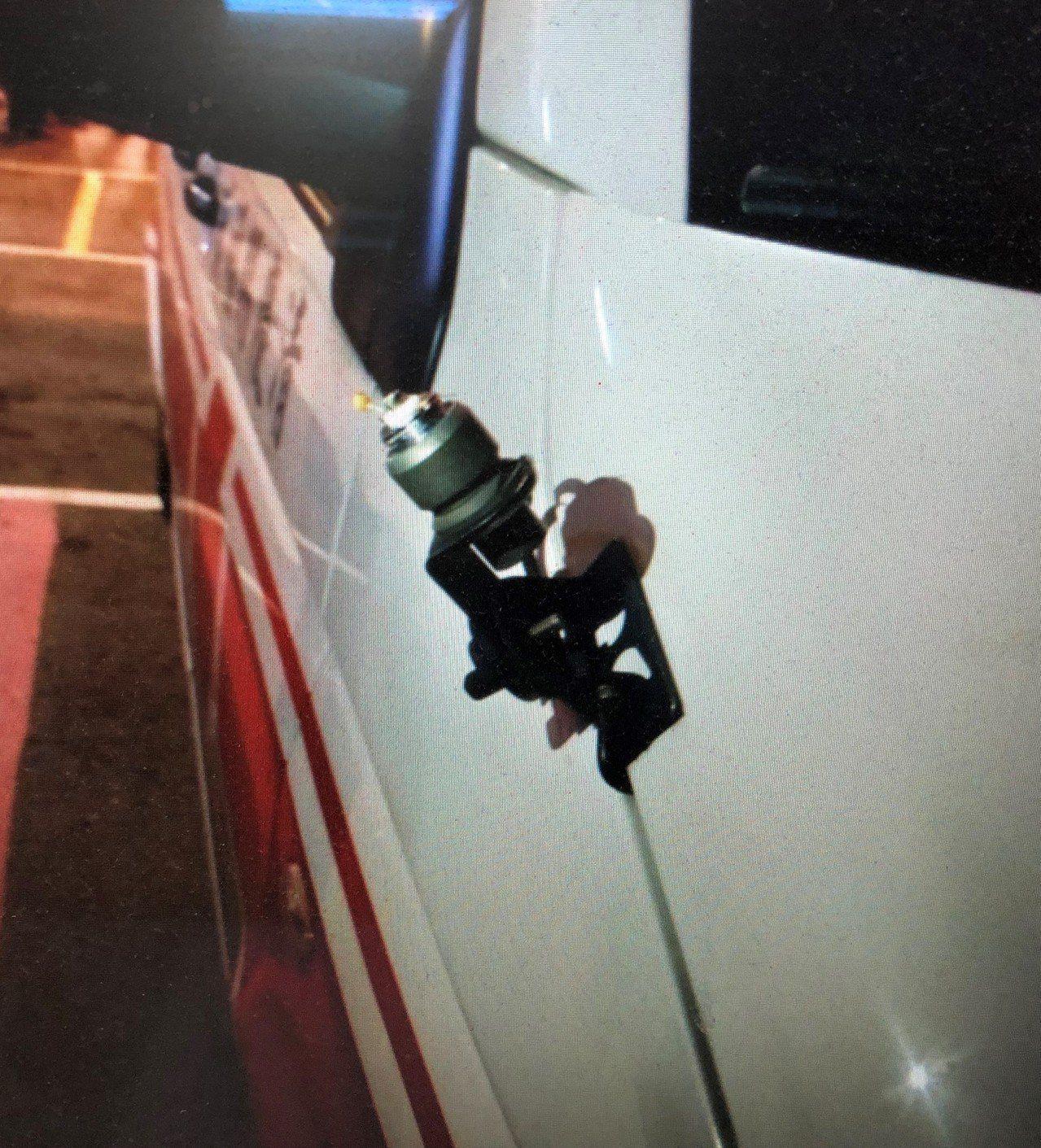 救護車上的無線電也被王給扯壞。記者邵心杰/翻攝