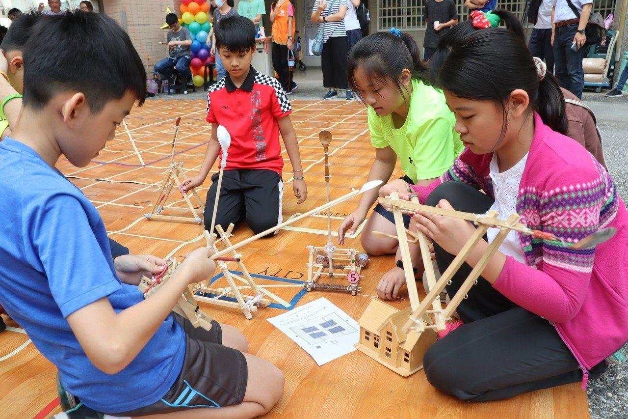 投石器大賽以電玩中的即時戰術遊戲為發想,並讓學生們自行組隊、研討戰術。記者徐如宜...