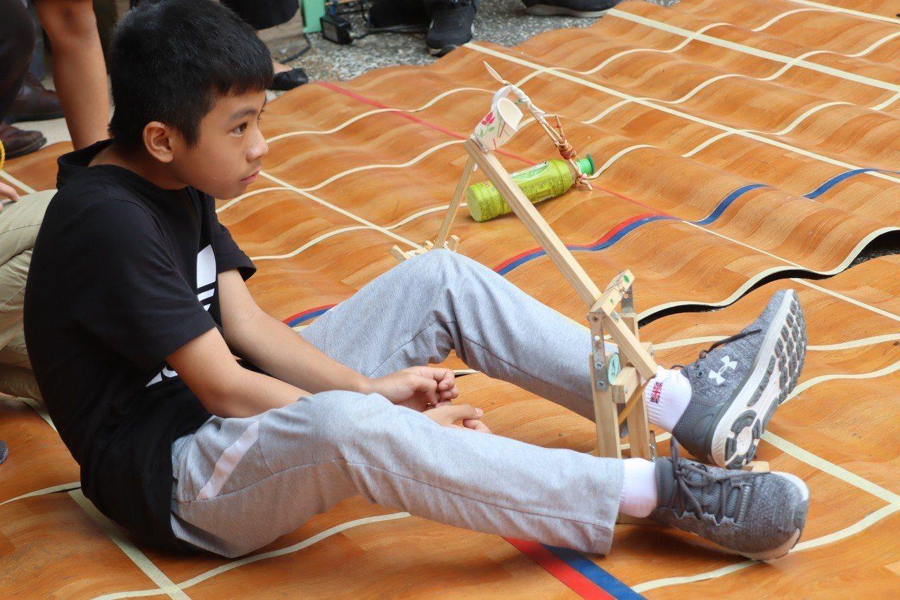 「瞄準!發射!」小朋友以自己做的投石器展開攻擊!記者徐如宜/攝影