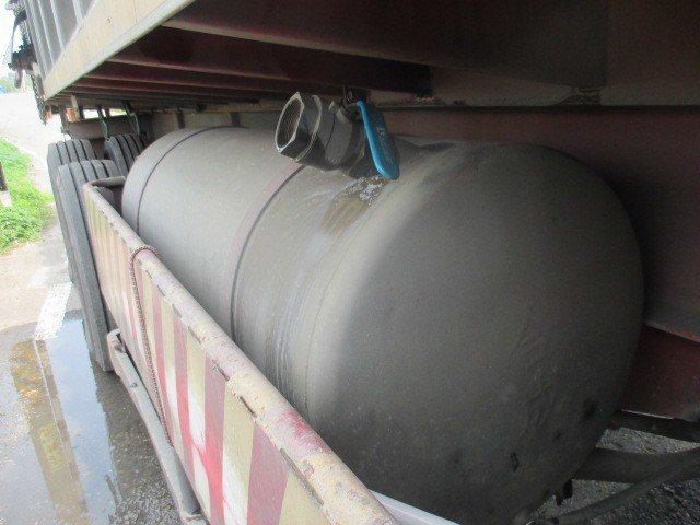 大貨車司機從消防栓接水灌充煞車降溫用水箱,被警方查獲,查扣扳手、水管等竊水工具。記者胡蓬生/翻攝