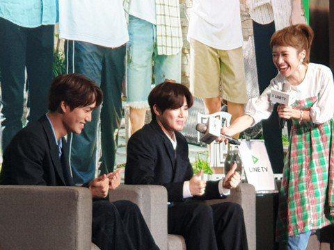 EXO在南台灣拍攝的實境節目「EXO的爬梯子世界旅行第二季」於LINE TV播出後創下佳績,Suho和Kai今天出席慶功記者會,除了玩遊戲外,兩人還現學現賣台語,Suho一度笑到停不下來。因為他們在...