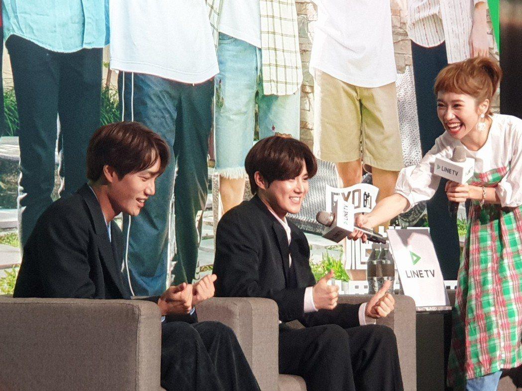 Kai和Suho今天在慶功記者會上玩到沒形象。記者李姿瑩/攝影