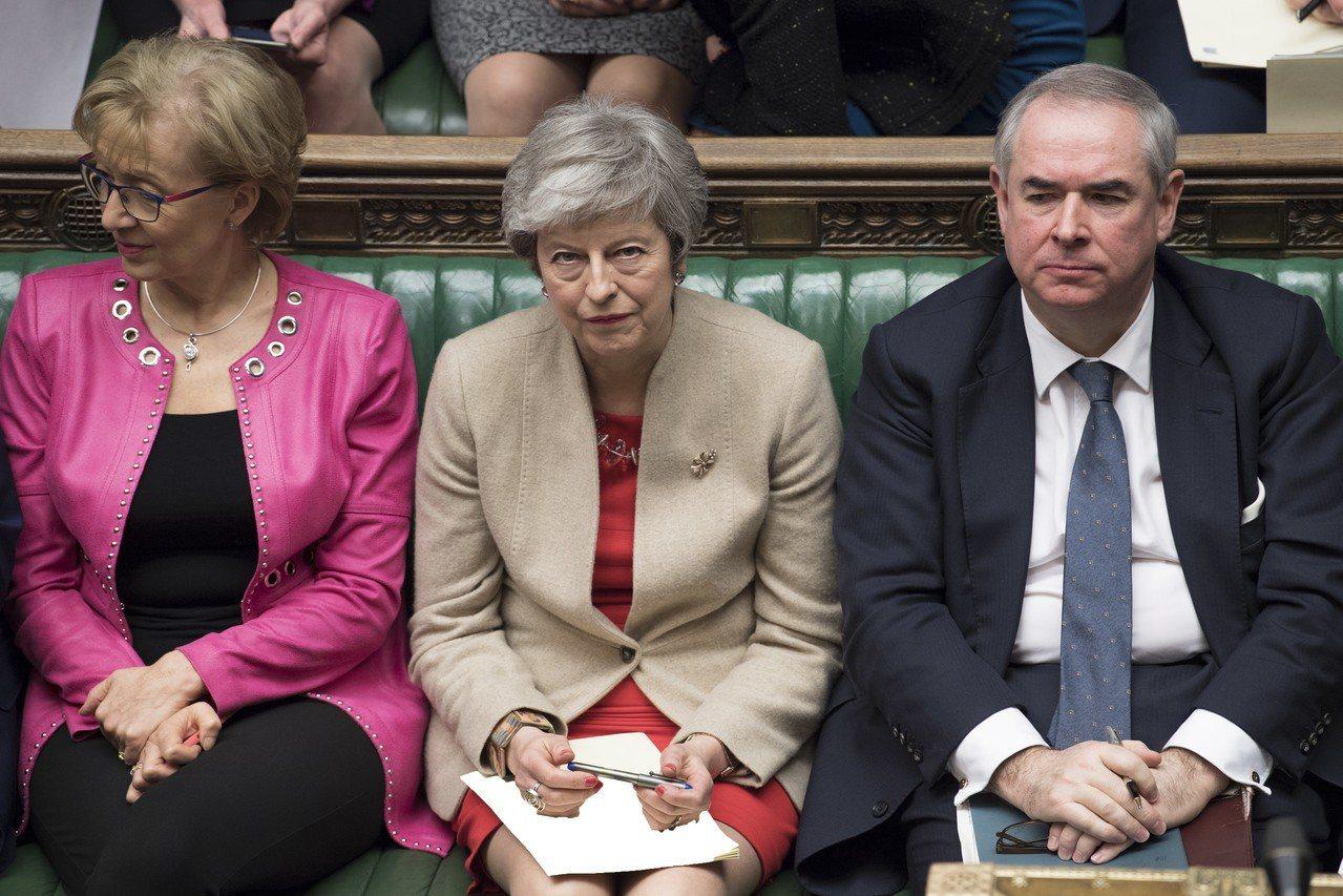 英國國會29日第三度駁回首相梅伊(圖中)與歐盟達成的「脫歐」協議,儘管如此,梅伊...