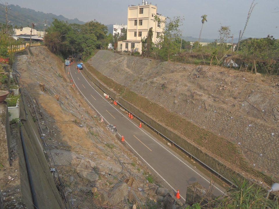 東豐自行車綠廊里程8公里處約100公尺南北兩側邊坡,20多棵樹木因水土保持工程慘...
