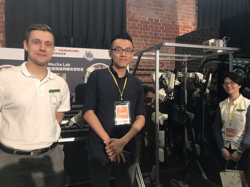 台灣智慧機械與輔具實驗室(Tai Mecha lab)團隊成員,以獨步全球的姿態感測技術,打造可運用於復健及行動輔助的全身型外骨骼機器人。記者葉冠妤╱攝影