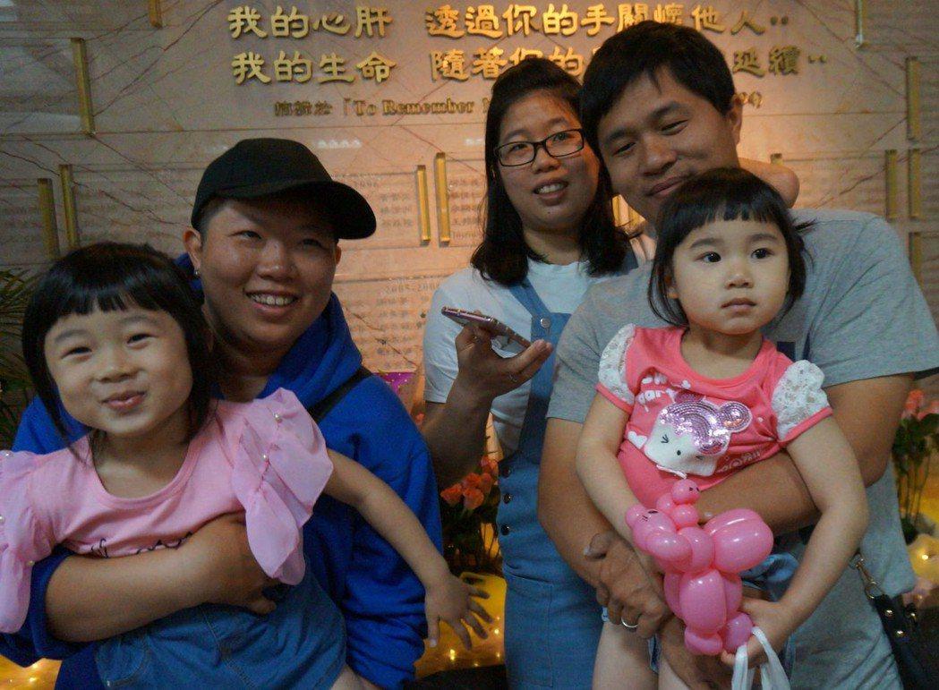 器捐者李美慧的女兒林鷹君(左二)與林艷君(中)帶著小孩來追思李美慧。記者趙容萱/...