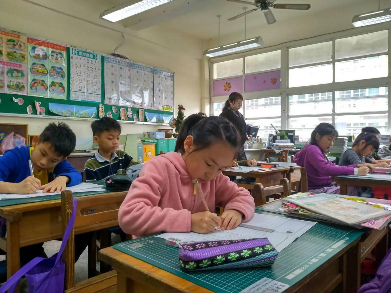 第35屆武漢楚才盃作文競賽,北區考生神情專注應考。圖/聯合報教育事業部提供